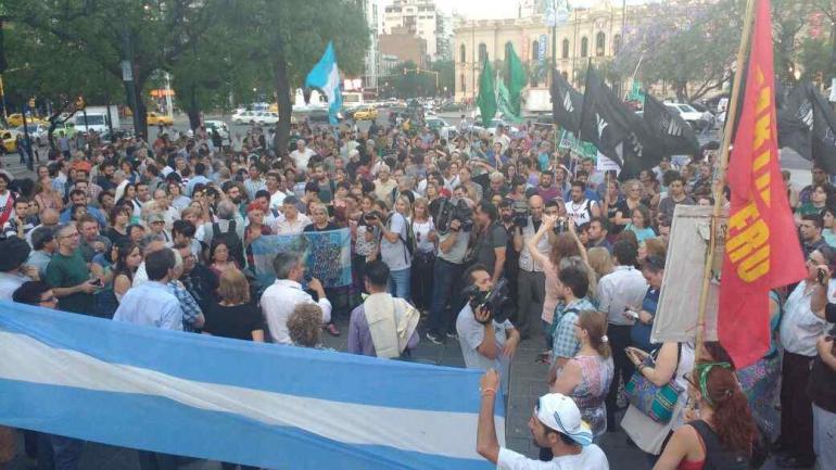 En Córdoba (frente al Patio Olmos) dirigentes kirchneristas y militantes se reunieron para marchar para apoyar a Cristina (Javier Ferreyra).
