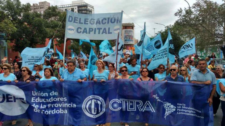 Marcha de docentes por las calles de Córdoba (Ramiro Pereyra).