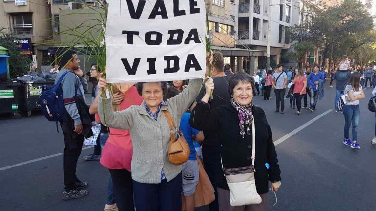 CÓRDOBA. Verónica y Raquel, dos hermanas que se acercaron a la Marcha por la Vida (La Voz).