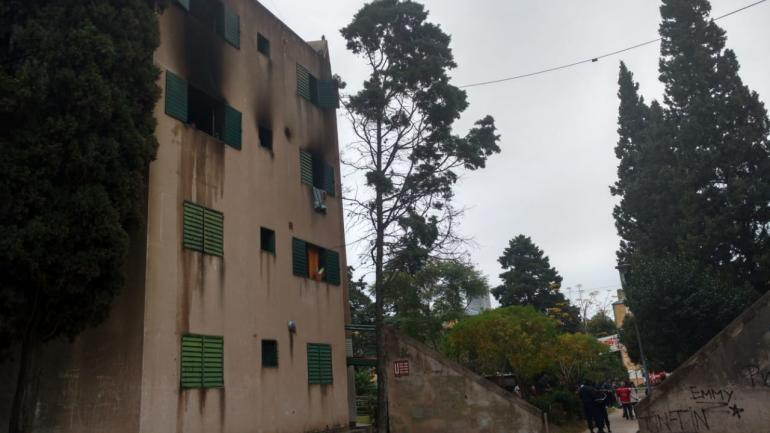 INCENDIO. En el departamento 2 de la torre U se produjo el trágico hecho (La Voz / José Gabriel Hernández).