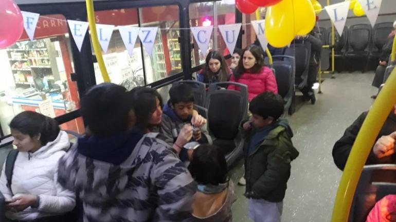CUMPLEMÓVIL. Los usuarios del transporte urbano de Río Cuarto le festejaron el cumpleaños al pequeño Lucas (Gentileza Dafne Acevedo).