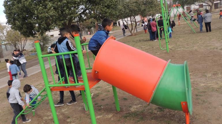 Niños jugando en Plaza de las Madres (Municipalidad Malvinas Argentinas)
