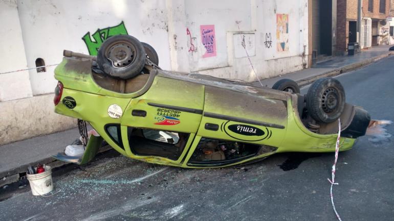 El auto, tras el vuelco (José Hernández/LaVoz).