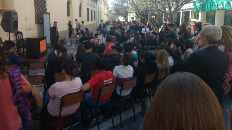 PARO. Pasado el mediodía iniciaron las clases públicos con docentes, egresados y alumnos. (Gentileza Marcelo Taborda)