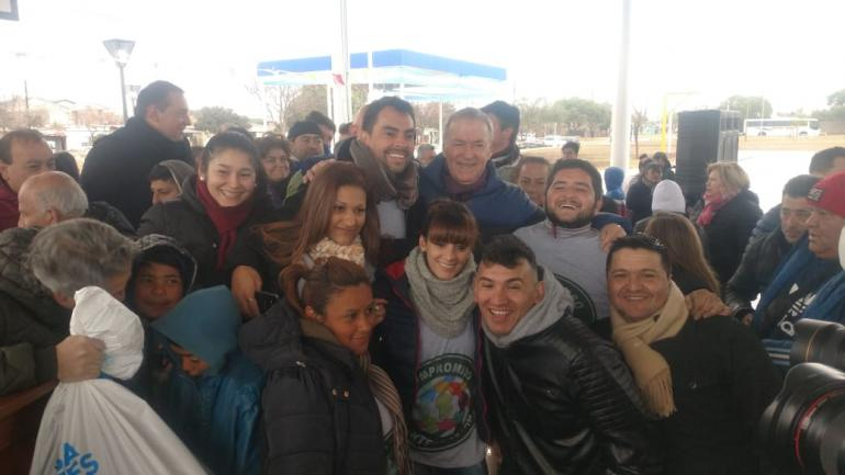 Schiaretti, junto a los vecinos (Prensa Provincia de Córdoba).