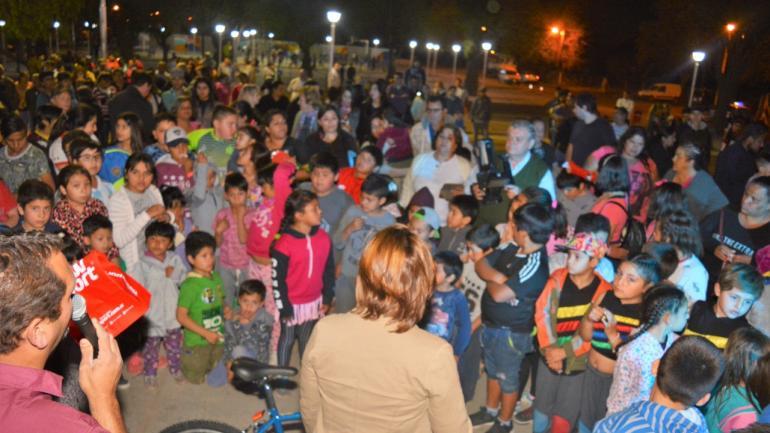 Autoridades municipales hicieron entrega de los premios del sorteo a los más pequeños (Municipalidad de Estación Juárez Celman)