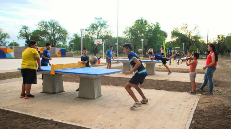 Los jóvenes disfrutan de las novedosas mesas de ping pong del Playón Municipal (Municipalidad de Estación Juárez Celman)