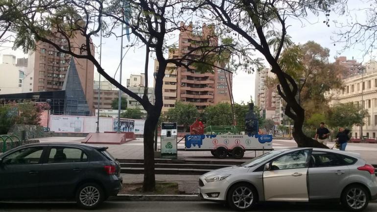 RECLAMO. En la Plaza de la Intendencia piden que la Municipalidad autorice la colocación en los barrios. (Gentileza Ceipost)