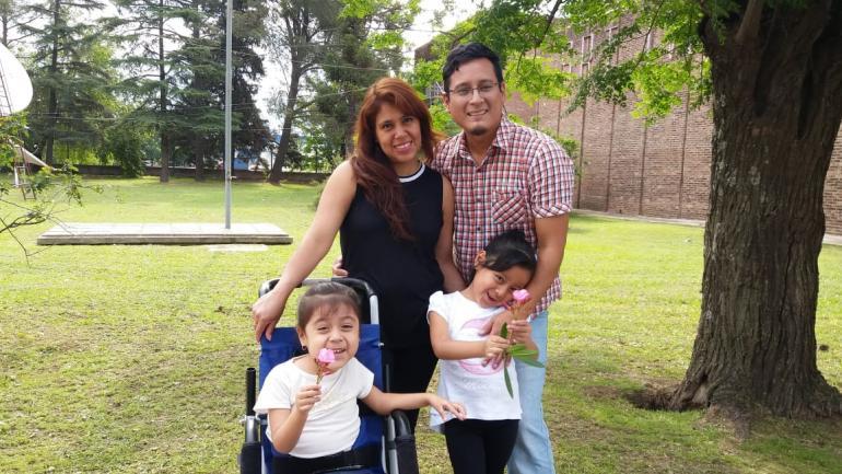 AME. La familia espera con urgencia que se le vuelva a aplicar el tratamiento a las dos niñas.