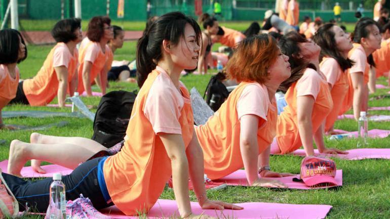 INDIA. Celebró el primer Día Mundial del Yoga (AP).
