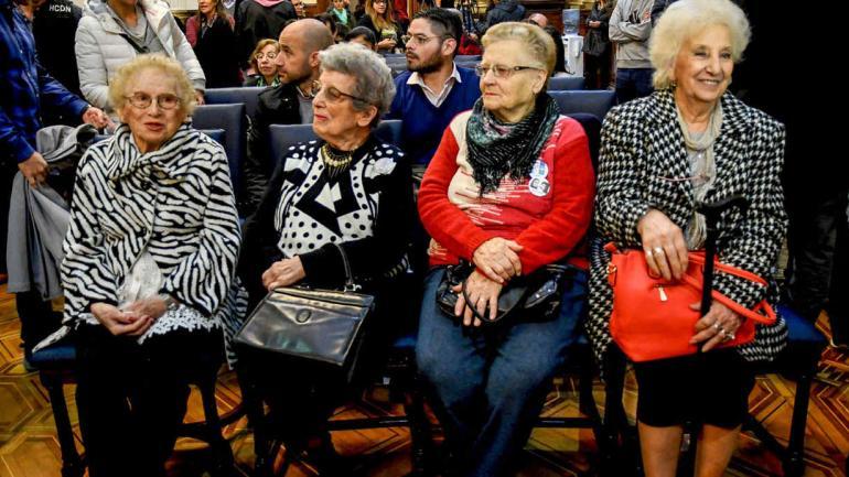 BUENOS AIRES. La titular de Abuelas de Plaza de Mayo, Estela Carlotto, junto a sus pares, Pilar Goya, Delia Giovanola, y Rosa Roinsinbit, durante la conferencia de prensa que ofreció, en el Congreso Nacional, donde anunció que la organización aceptó la nominación al Premio Nobel (Télam).