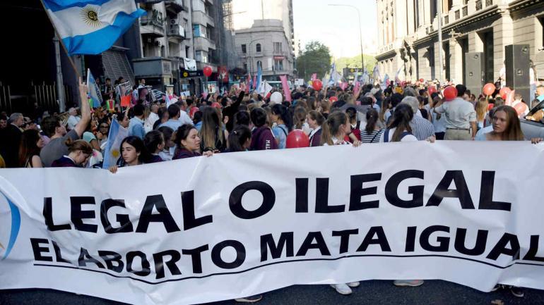 Las marchas y contramarchas por la ley del aborto coparon las calles. (AP)