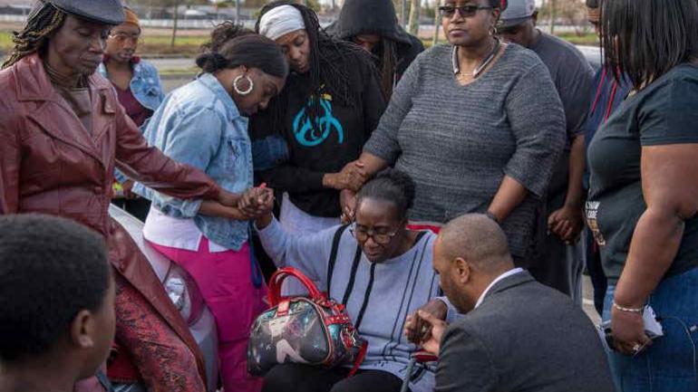 Sequitta Thompson, la abuela de Clark, rodeada por la familia mientras rezan por Stephan. (Gentileza de José Luis Villegas)