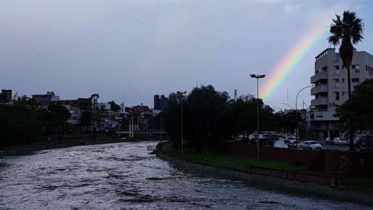 CRECIDA Y ARCO IRIS. Después de la tormenta así se veía el Suquía (Facundo Luque / La Voz).