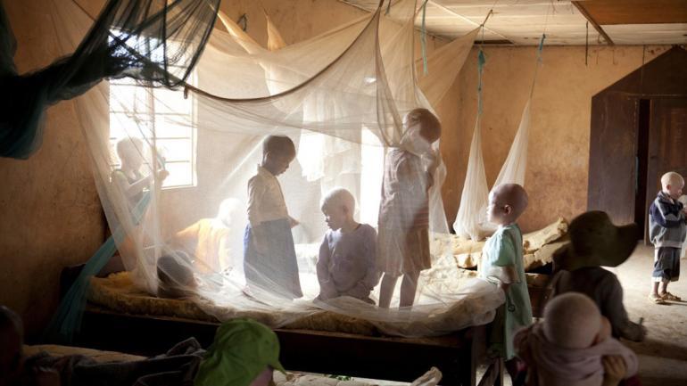Los niños juegan bajo mosquiteros dentro de un dormitorio del Kabanga Protectorate Center, ubicado en un recinto amurallado. (AP Photo / Jacquelyn Martin)