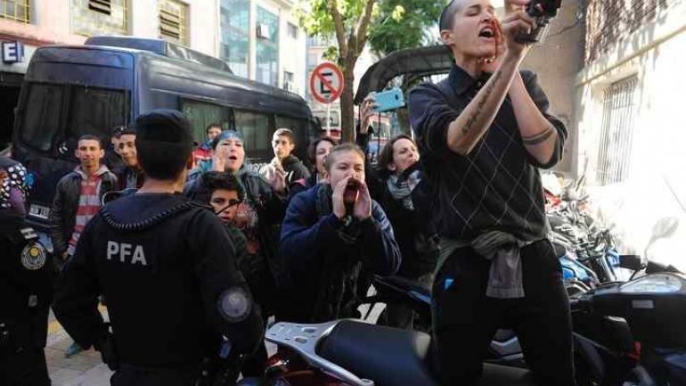 Familiares y amigos de las víctimas de abuso lo insultaron en su llegada al juzgado (Clarín).