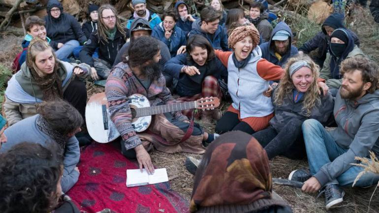 Algunos de los jóvenes que han ocupado el bosque para detener su tala. (Delmi Álvarez)