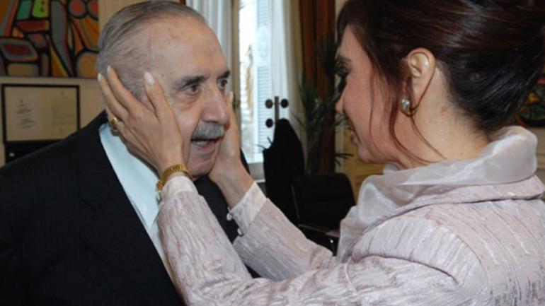 Alfonsín con Cristina Fernández de Kirchner en una foto de 2010.