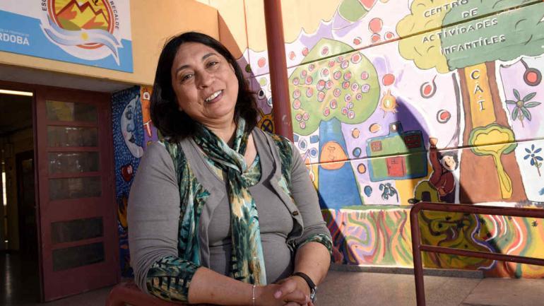 Una maestra. Alicia Ceballos en su escuela. Atrás, el mural en el que los chicos pintaron su aldea. (Ramiro Pereyra)