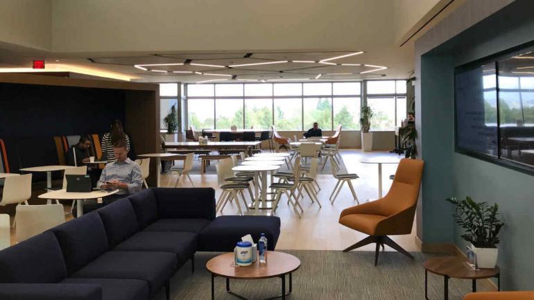 """Amgen es una empresa que adoptó la filosofía """"Google"""" de trabajo: no hay oficinas y sí lugares descontracturados de trabajo."""