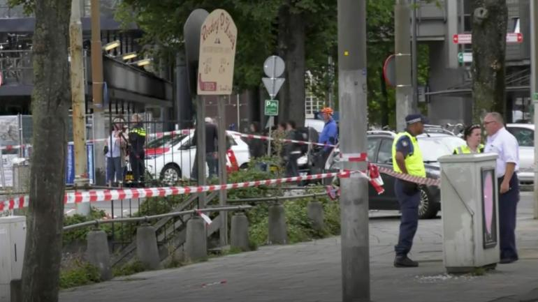 POLICÍAS. Cerca de la escena del ataque, en una imagen de video (AP).