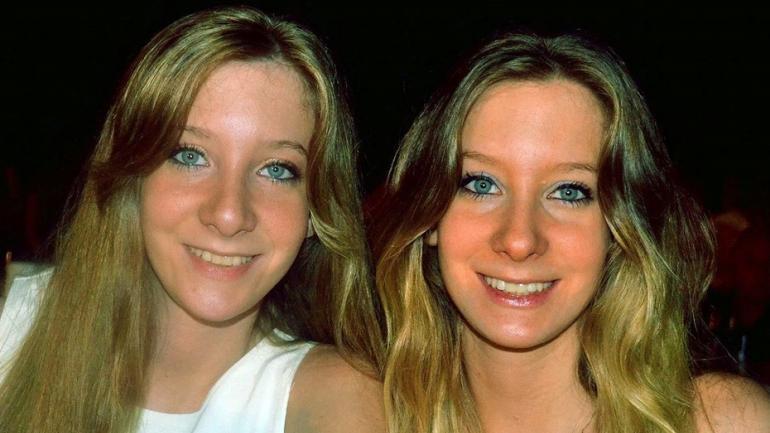Antonella junto a su hermana gemela, Macarena (Clarín).