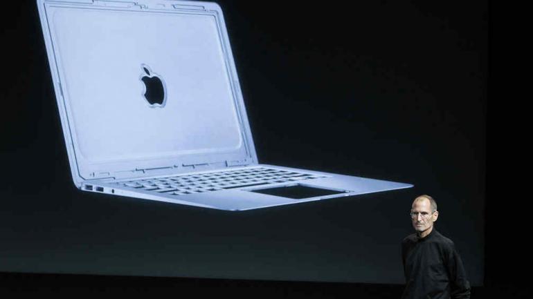 JOBS. El entonces CEO de Apple en octubre de 2010 al hablar sobre la nueva portátil de Apple, MacBook Air, en la sede de Apple en Cupertino, California (AP/Archivo).