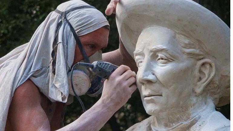 El cura santo. Sus esculturas de José Gabriel Brochero, en muy diferentes tamaños y modalidades, están en numerosas ciudades cordobesas