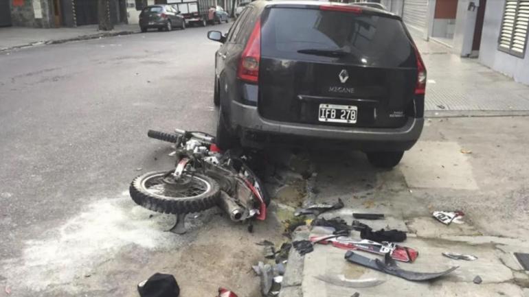 La mujer embistió la moto y el que la conducía perdió el control, tras lo cual impactó contra un Renault Megane que estaba estacionado. (TN).