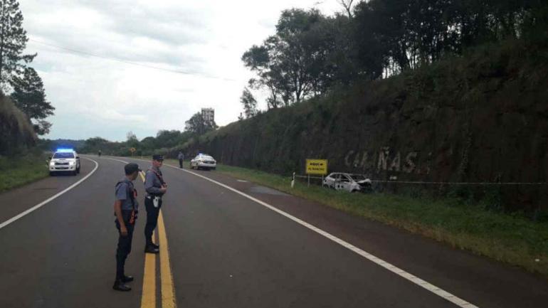 El auto con el cuerpo calcinado en su interior fue hallado cerca del acceso a la localidad de Cerro Azul. (Misiones Online).