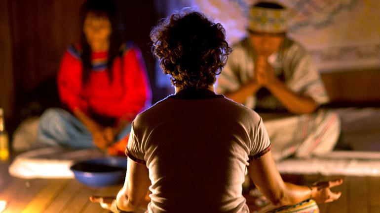 La italiana Pamela Moronci durante una sesión de ayahuasca en Nuevo Egipto, una remota aldea de la Amazonía peruana. Miles de turistas llegan cada año a la selva amazónica en busca de la pócima que muchos creen alivia dolencias y adicciones. (AP Foto/Martín Mejía)