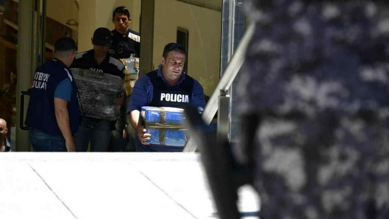 La Policía de Uruguay con algunos de los cofres de Balcedo (El País de Uruguay).
