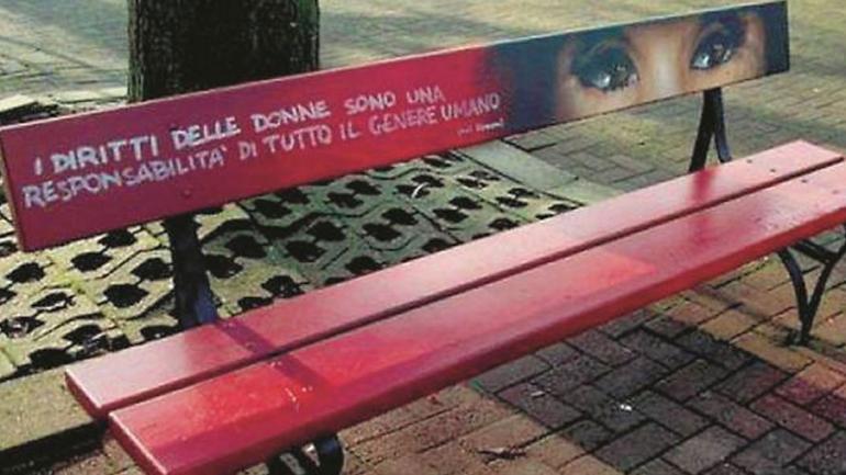 CONTRA LA VIOLENCIA. La campaña internacional comenzó en Italia para visibilizar la violencia de género (https://www.gazzettadiparma.it).