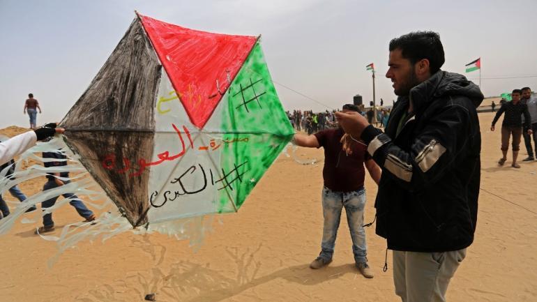 LAS NUEVAS ARMAS. Los palestinos han lanzado unas 600 barriletes con material incendiario de Gaza a Israel. (DPA)