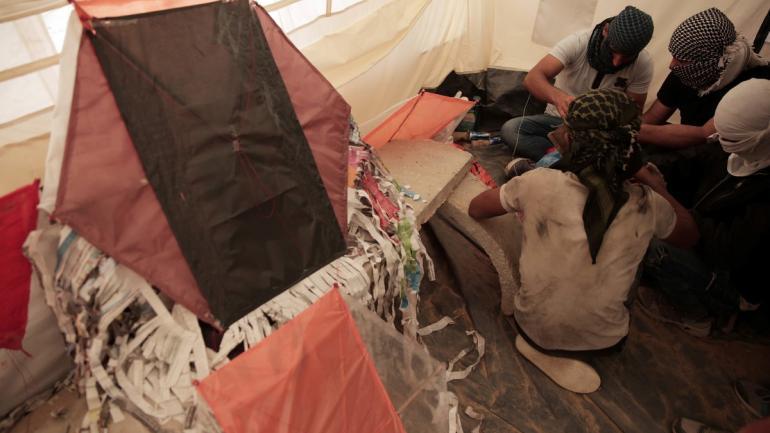 LAS NUEVAS ARMAS. Los palestinos han lanzado unas 600 barriletes con material incendiario de Gaza a Israel. (AP)