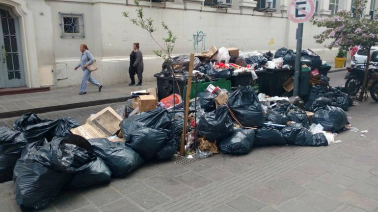 Se acumula la basura en la ciudad (La Voz).