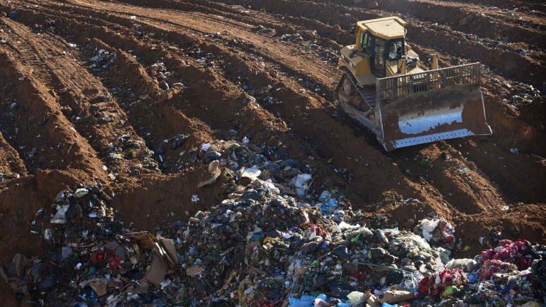 Montañas. En el actual predio de Piedra Blanca, las condiciones de enterramiento de la basura son precarias. (La Voz / Archivo)