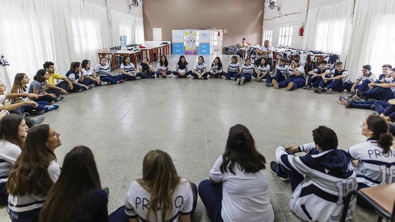 Alumnos de los últimos cursos del Instituto Nuestra Señora del Huerto debaten sobre adicciones. (Municipalidad de Bell Ville)