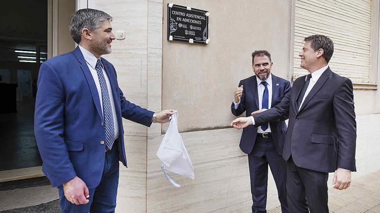 Pablo Romero Delisa; Darío Gigena Parker y Carlos Briner descubren la placa fundacional. (Municipalidad de Bell Ville)