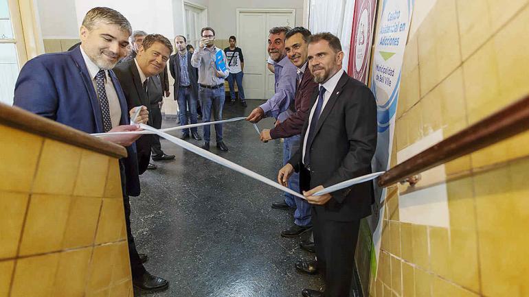 El emotivo corte de cinta rubricó la inauguración, entre autoridades y público en general. (Municipalidad de Bell Ville)