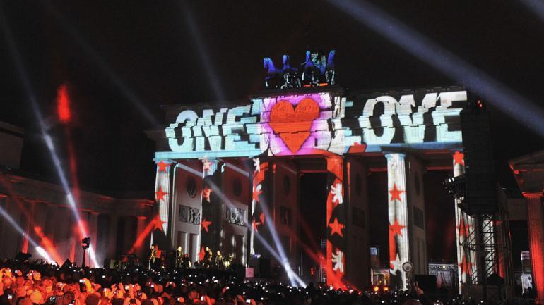 Simbólico concierto que ofreció U2 ante la Puerta de Brandemburgo en 2009 por el vigésimo aniversario de la caída del Muro de Berlín con el ícono de la Alemania unida de fondo. (AP / Archivo)