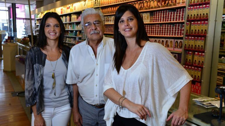 Nueva generación. Raúl, rodeado por sus hijas Carolina y Silvina. Asegura que la nueva generación fue la responsable del progreso en los últimos años.