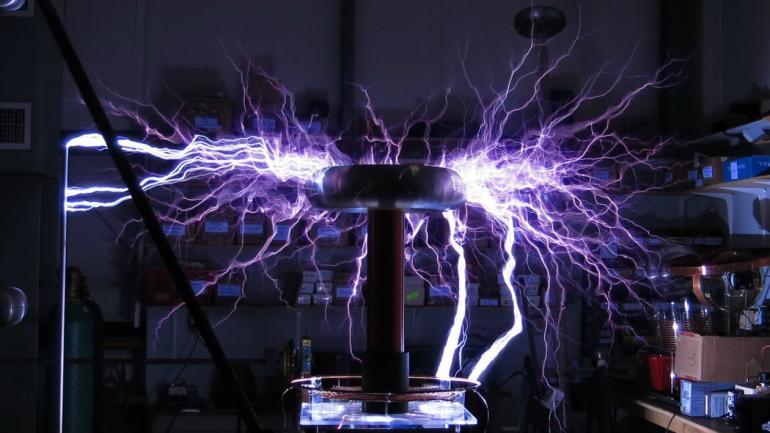 BOBINA. La bobina de Tesla solo se usa con fines educativos y de entretenimiento.