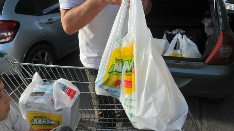 BOLSAS PLÁSTICAS. El uso de bolsas plásticas en supermercados bajó un 80 por ciento a tan solo 16 meses de la sanción de la ordenanza 12.415. (LaVoz/Archivo)