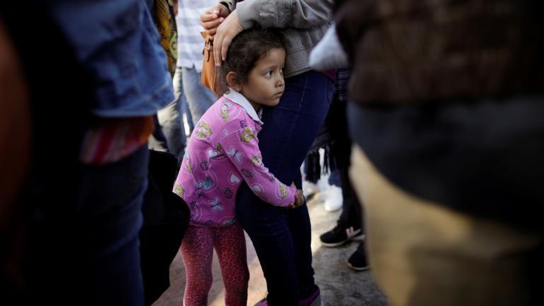 NIÑOS DESAMPARADOS. Nicole Hernandez, de Guerrero, México, se aferra a su madre, que pide asilo para ingresar a EEUU (AP / Archivo).