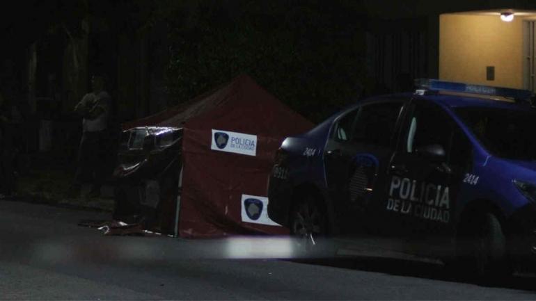 BALEADO. El hombre perdió la vida en medio de un tiroteo en Núñez al 6200, del barrio porteño de Villa Urquiza. (Mario Sayes en Clarín)