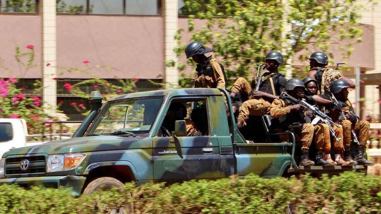 Las tropas se desplazan en un vehículo cerca de la Embajada de Francia en el centro de Ouagadougou, Burkina Faso. (AP)