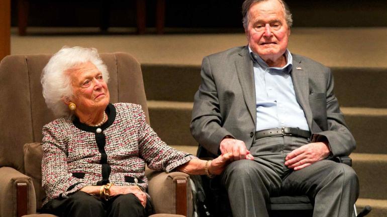 JUNTOS. La foto tomada en marzo de 2017 muestra al expresidente H.W. Bush junto a Barbara, la ex primera dama. (AP / Archivo)