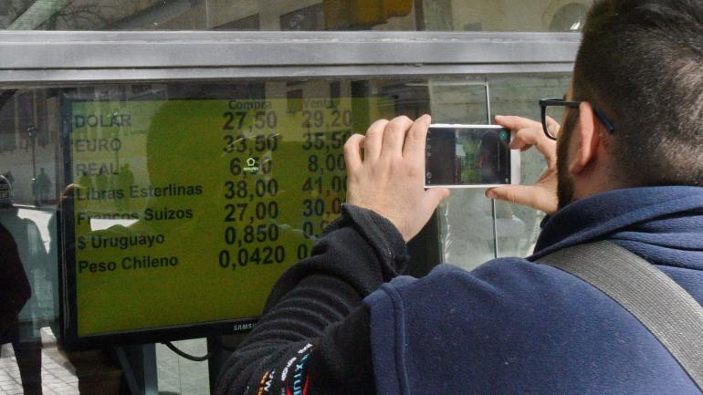 Dólar. La devaluación hizo que, en dólares, bajaran los salarios. (P. Castillo)