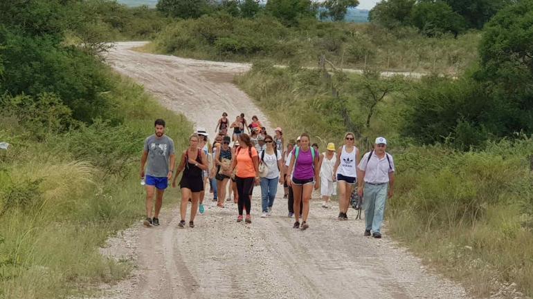 Camino al andar. Las caminatas reúnen a gente de diferentes localidades cordobesas, que se van enterando de una opción alternativa.